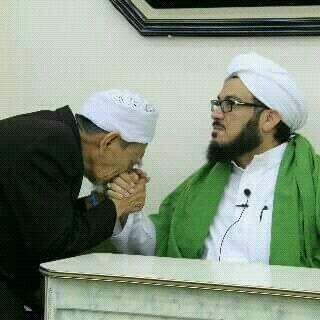 Hasil gambar untuk Mbah Moen Cium Tangan sayyid ahmad